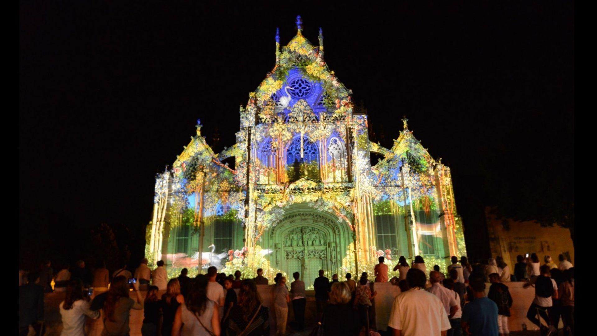 Хиляди хора пътуват, за да видят светлинното шоу в този френски град (видео)
