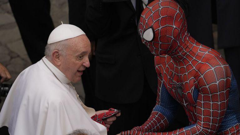 Спайдърмен се появи на традиционната обща аудиенция при папа Франциск