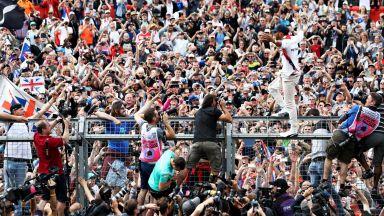 """Великобритания пусна 140 000 зрители на """"Силвърстоун"""" за старта от Формула 1"""