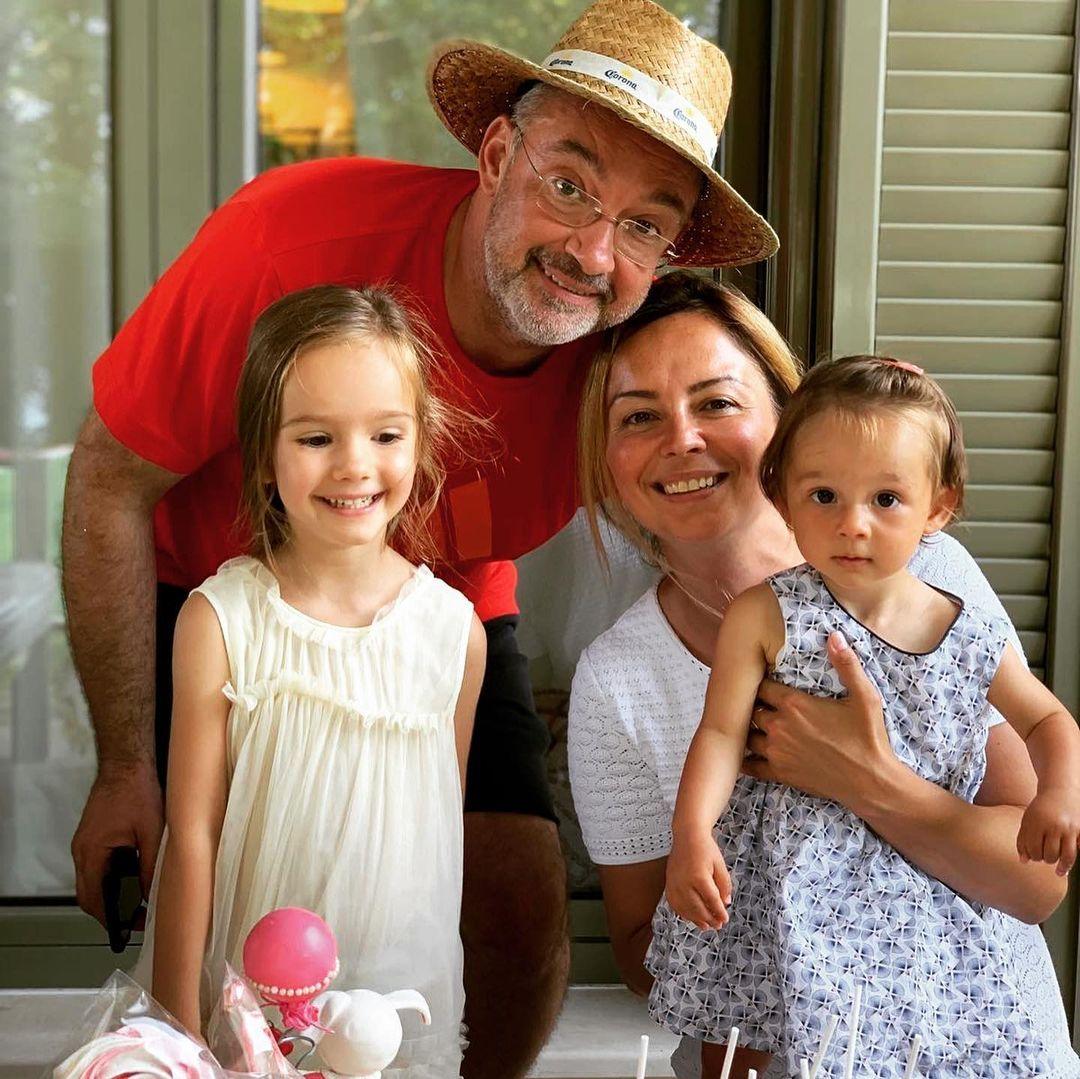 Вики със съпруга си Петър и двете им дъщери - Маргарита и София