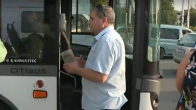 Пътник блъска кондукторка, залива шофьора с безалкохолно