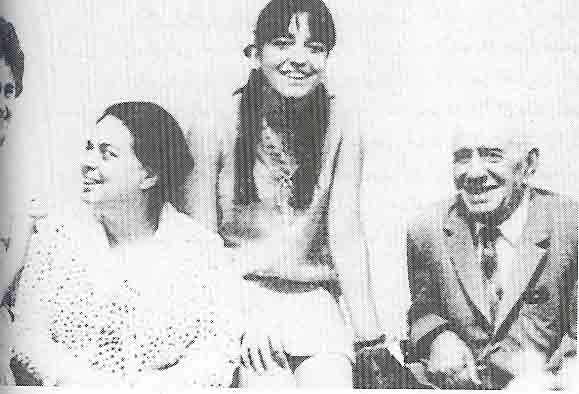Фарухру Парса с дъщеря си и баща си