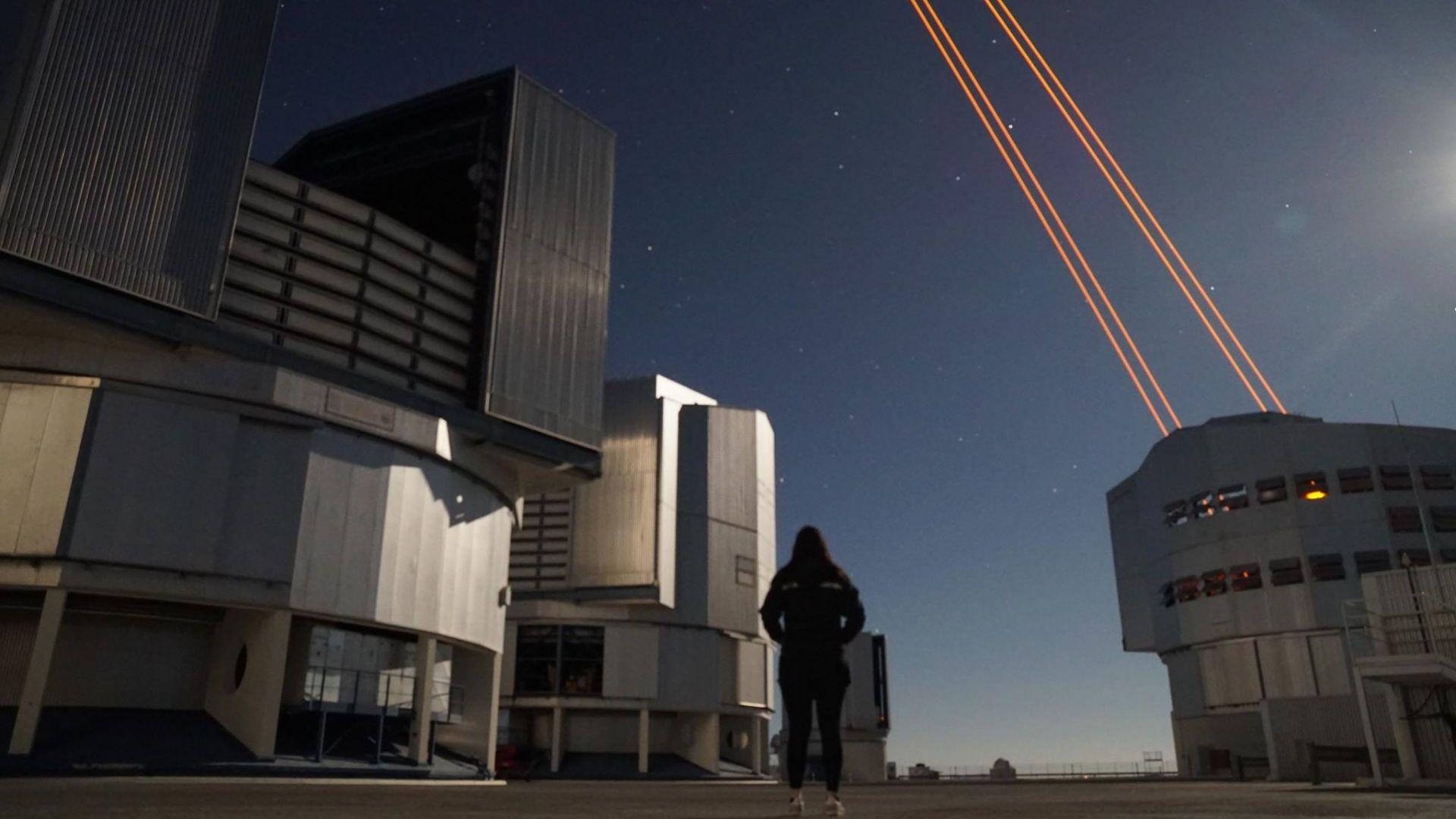 Росита Кокотанекова пред телескопи на Европейската Южна Обсерватория