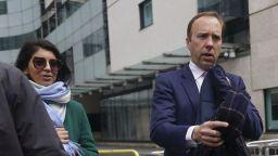 Нов скандал с британския здравен министър, сниман да целува своя съветничка