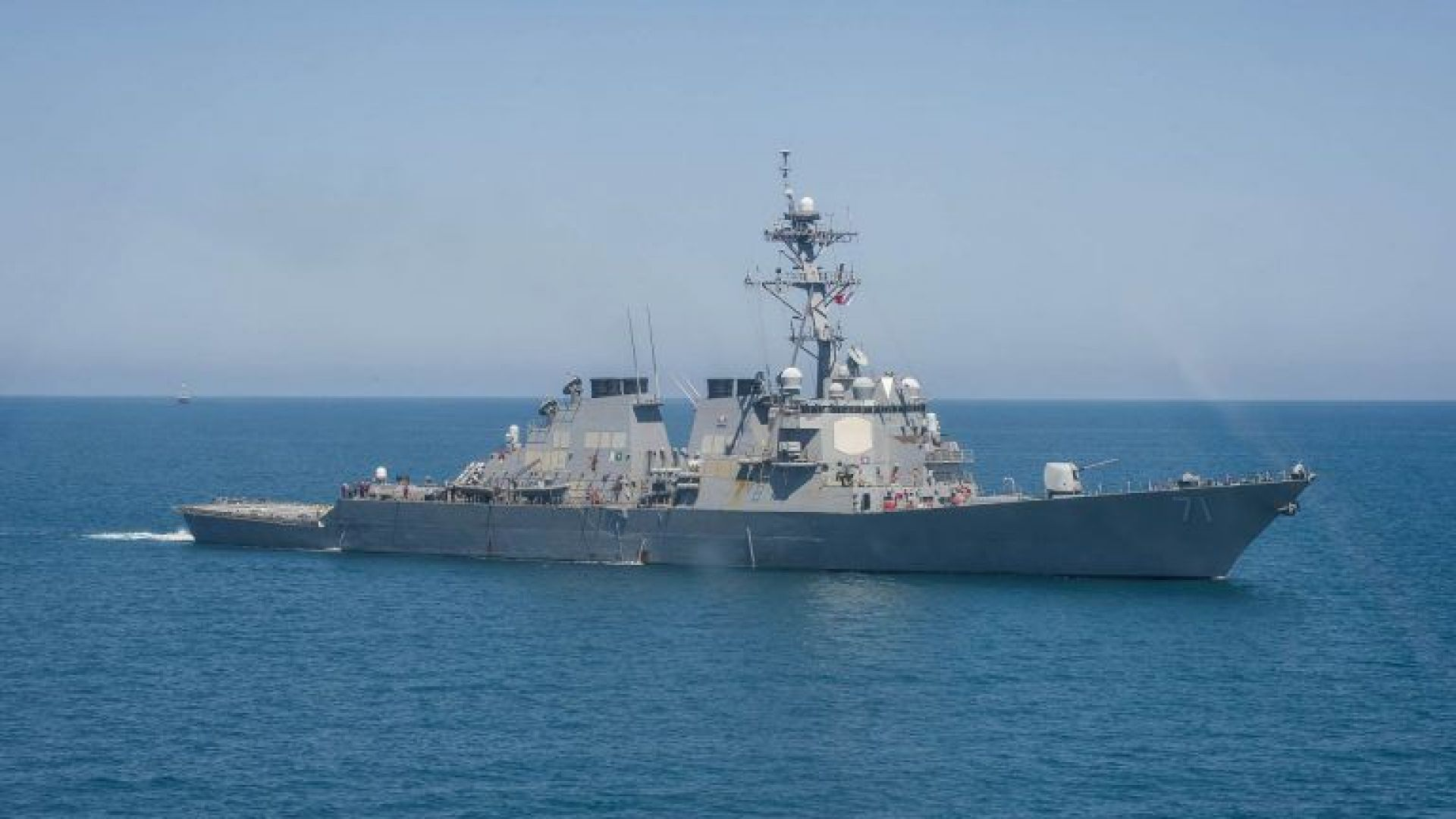 Русия контролира американски военен кораб в Черно море