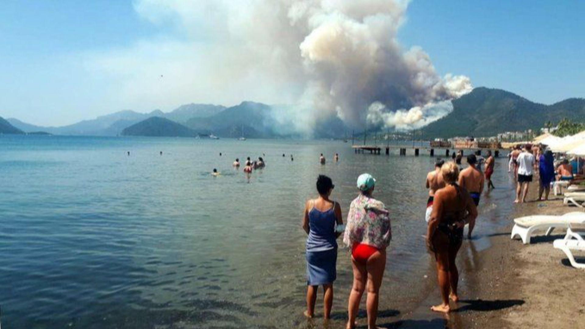 Един човек загина при пожара, бушуващ близо до плаж в курорта Мармарис