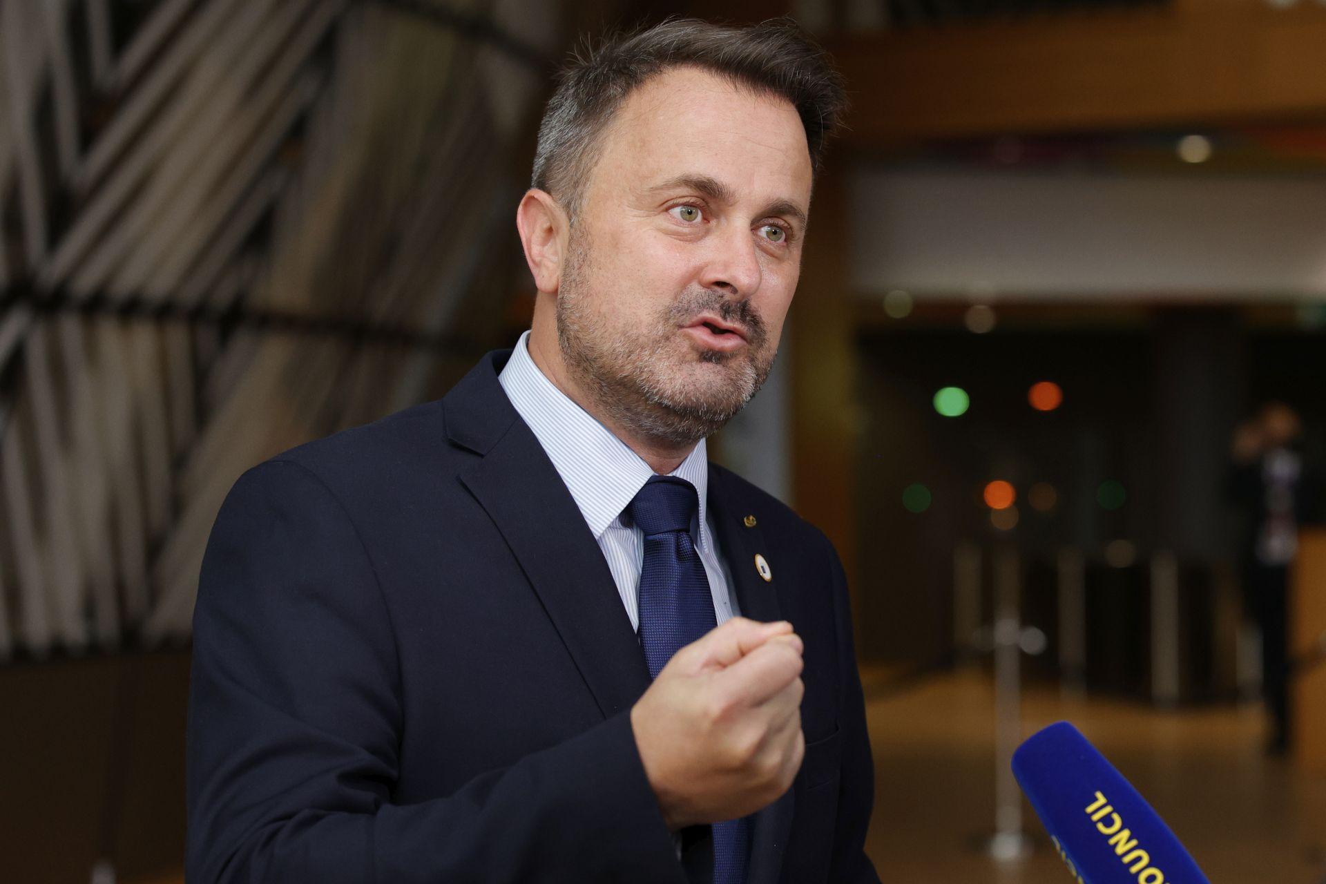 Премиерът на Люксембург разговаря с журналисти, когато пристига на среща на върха на ЕС в сградата на Европейския съвет в Брюксел, петък, 25 юни