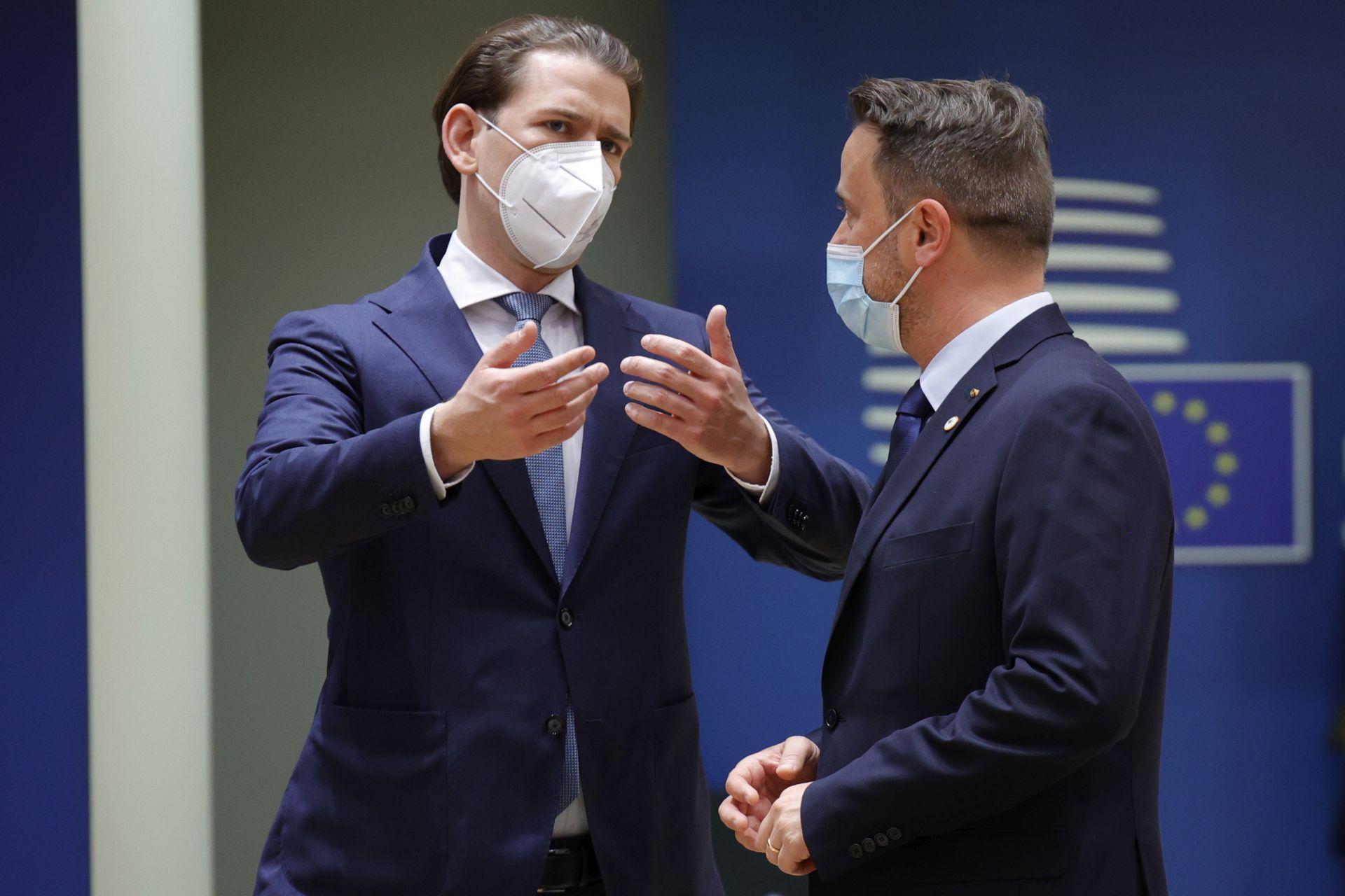 На кадри от срещата се вижда и как той стои близо до австрийския канцлер Себастиан Курц