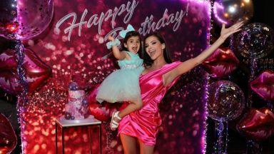 Преслава навърши 37 г. в къса цикламена рокля