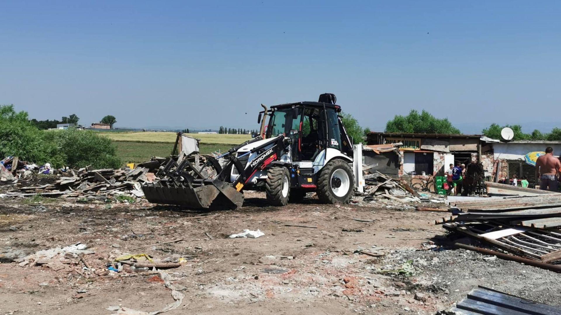 """Събарят незаконни постройки във """"Филиповци"""""""