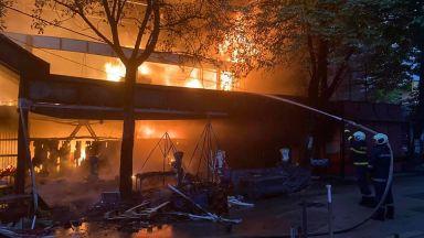 Пожар изпепели част от централния кооперативен пазар в Перник (снимки)