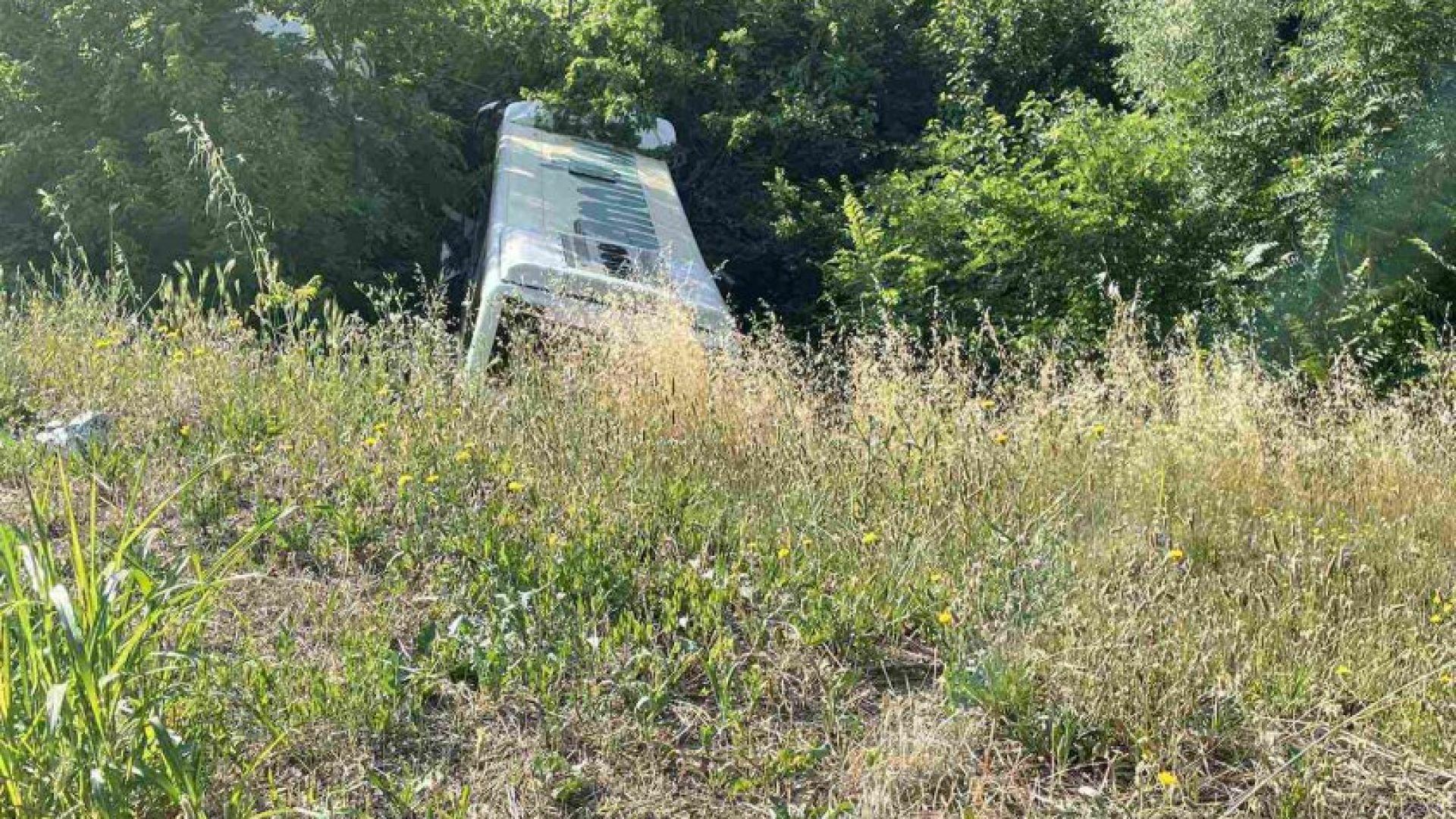 Автобус излезе от кръстовище и падна в дере в Стара Загора (снимки)