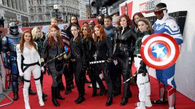 """Не звезди, а костюмирани фенове завладяха червения килим на премиерата на """"Черната вдовица"""""""