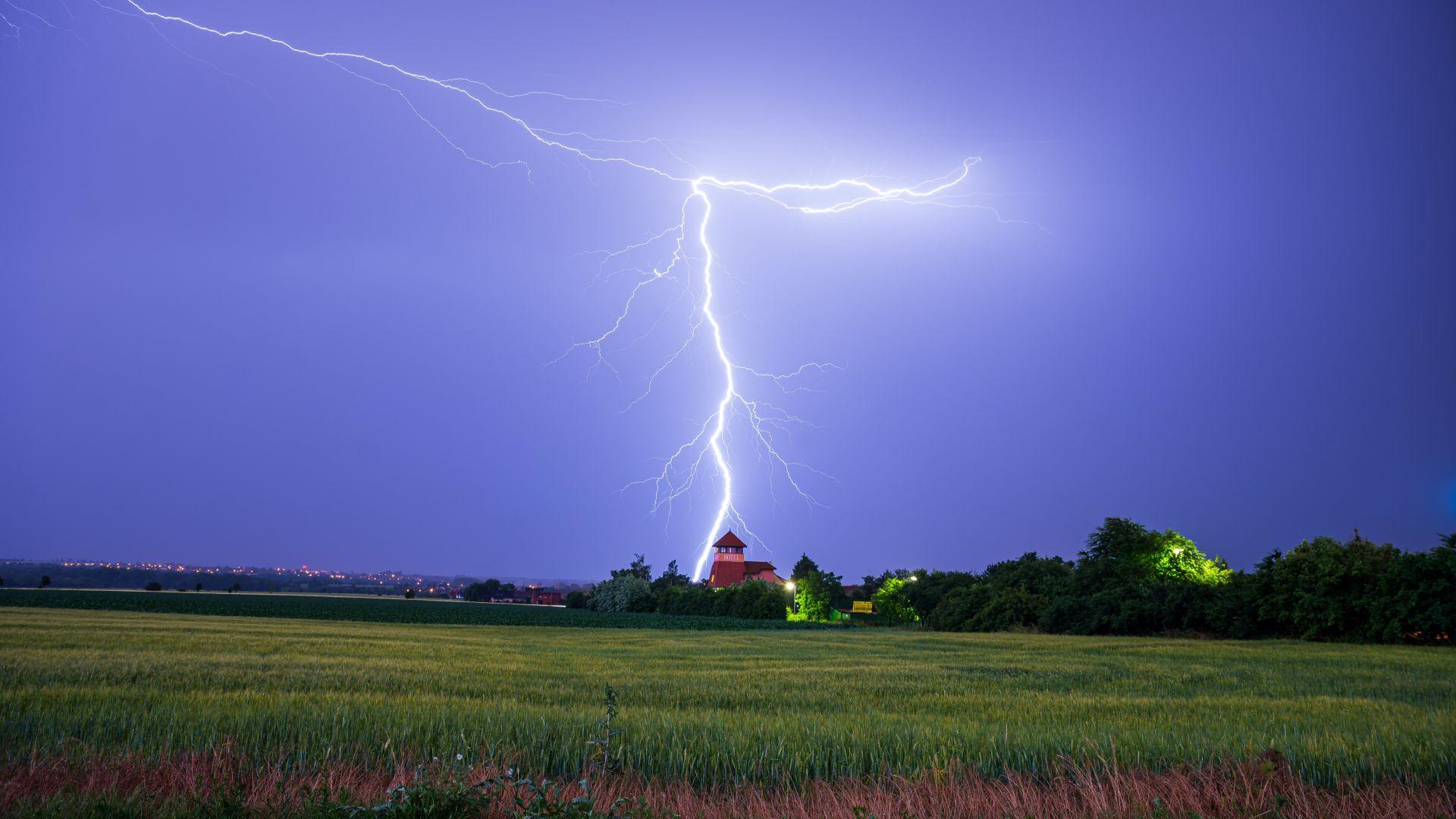 Гръмотевична буря остави без ток и транспорт над 100 000 домакинства в Чехия (видео)