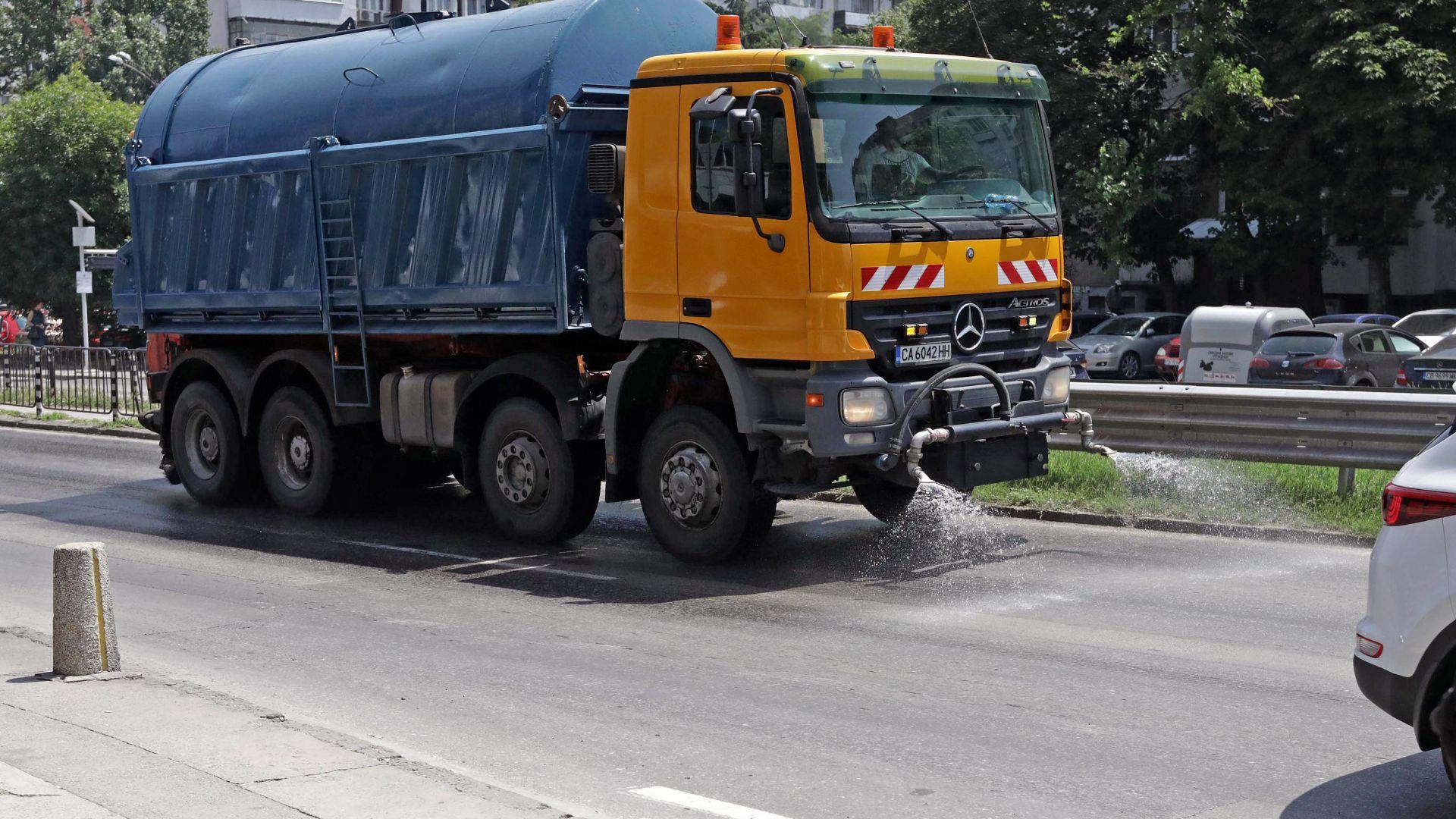 Опасни жеги: цистерни охлаждат столичните булеварди, раздават вода