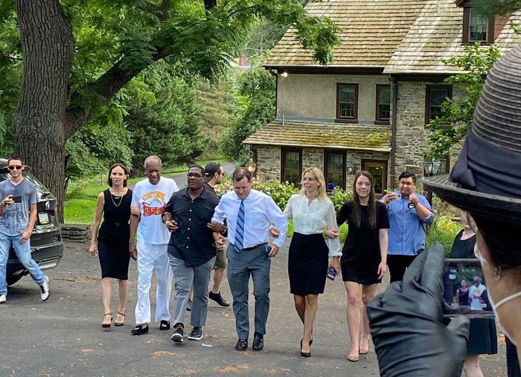 Бил Крозби се връща у дома, след като бе освободен от затвора