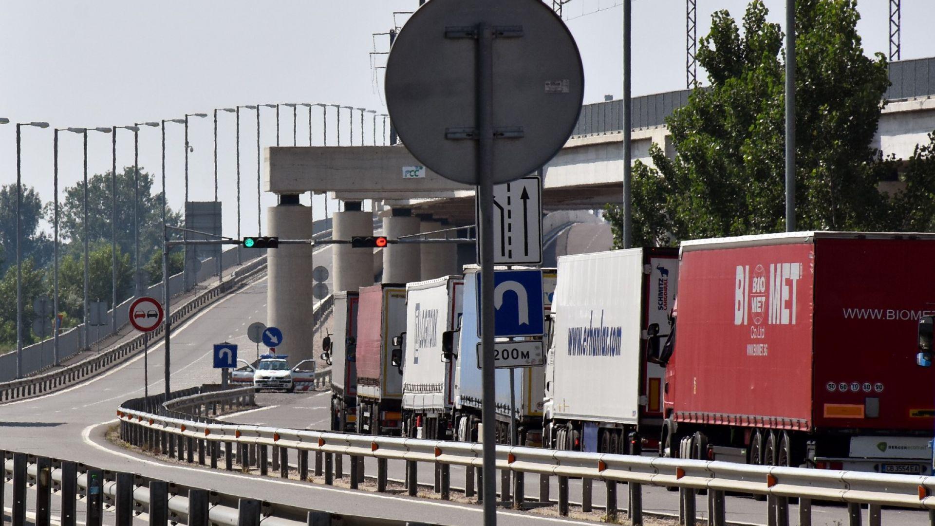 Албански товарен трафик задръства Дунав мост 2