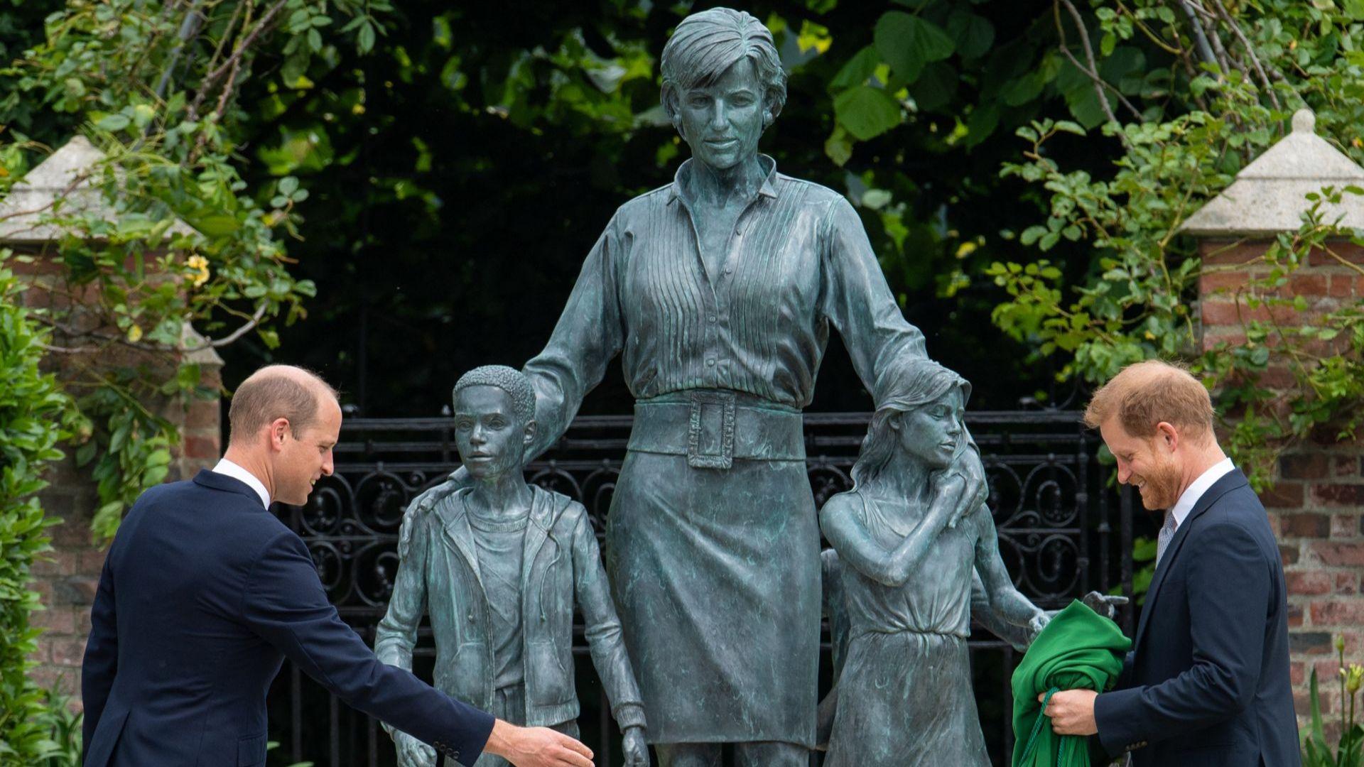 Помирени: принцовете Хари и Уилям застанаха един до друг за откриването на статуята на лейди Ди