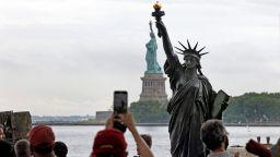 Умаленото копие на Статуята на свободата вече е в пристанището на Ню Йорк