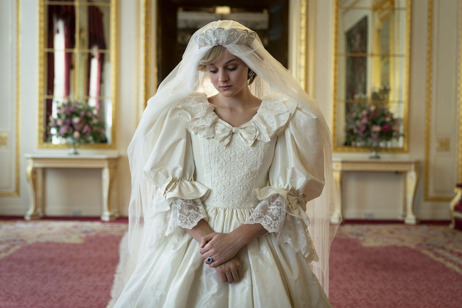 Ема Корин с копие на роклята на Даяна, изработена от британската дизайнерка Елизабет Емануел