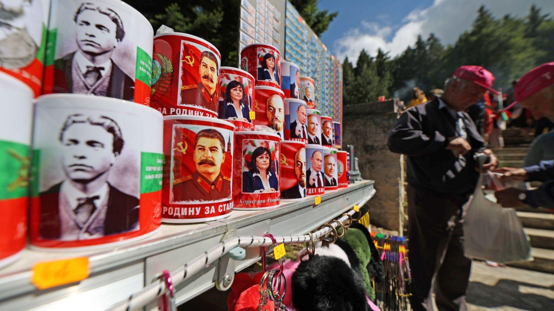 Корнелия Нинова, редом с Левски и Сталин, Путин и Ленин, и Тодор Живков, на чаши за кафе и чай, предлагани на събора