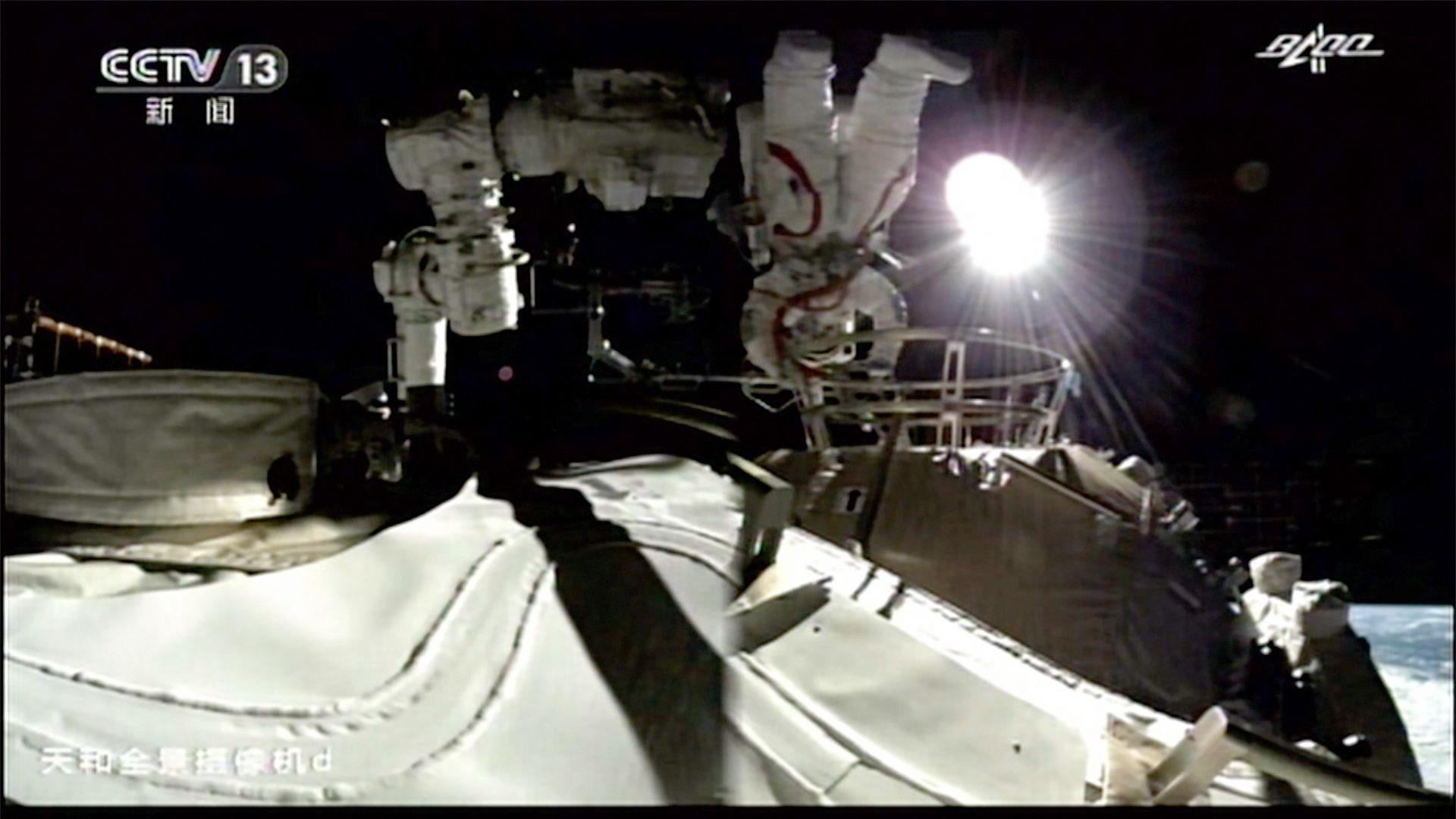 Китайски астронавти излязоха на първа космическа разходка от новата станция (видео)