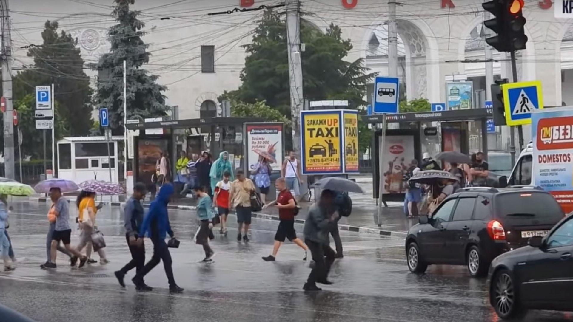 Мощни наводнения заляха Крим, ще вали и по нашето Черноморие