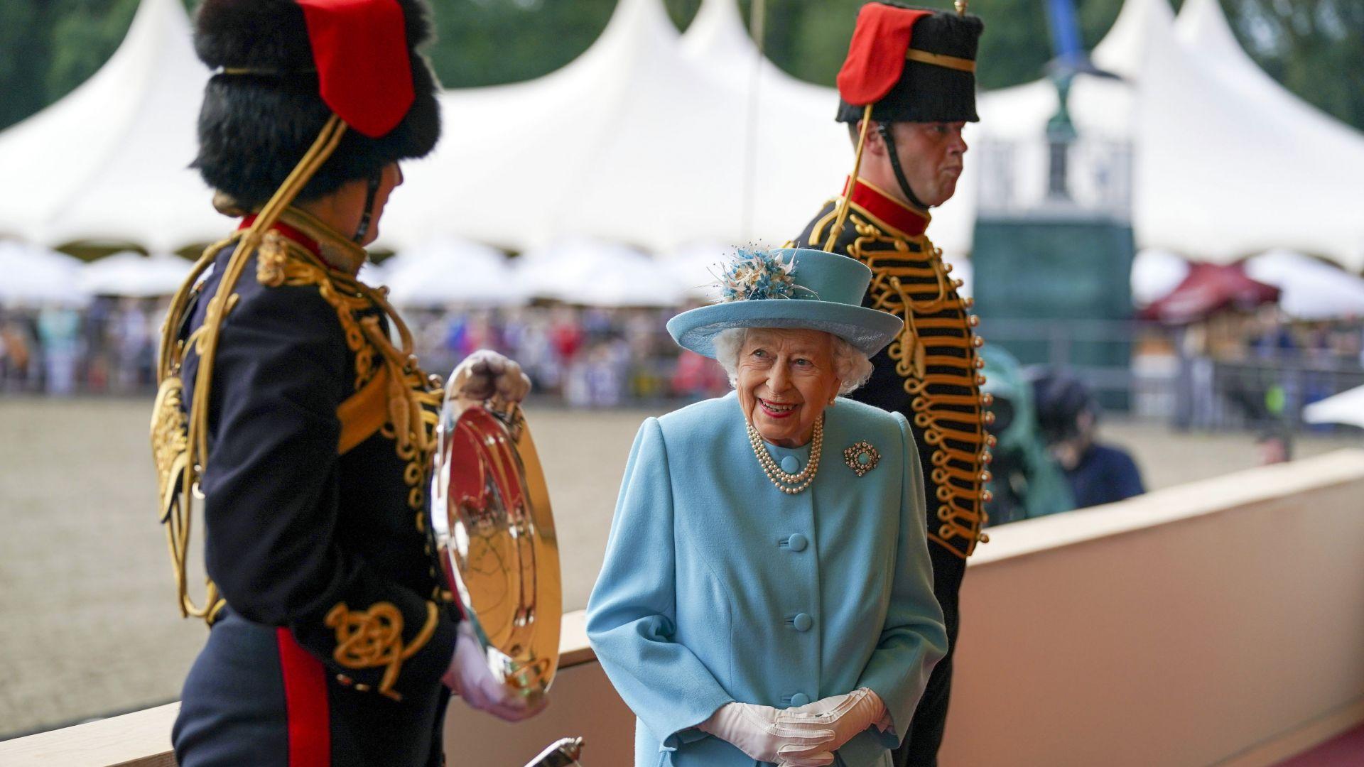 Кралица Елизабет Втора връчи Кръста на Джордж на британската Национална здравна служба