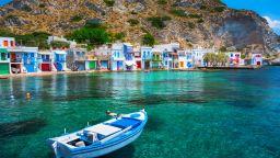 Цветните гаражи за лодки на гръцкия остров Милос (снимки)