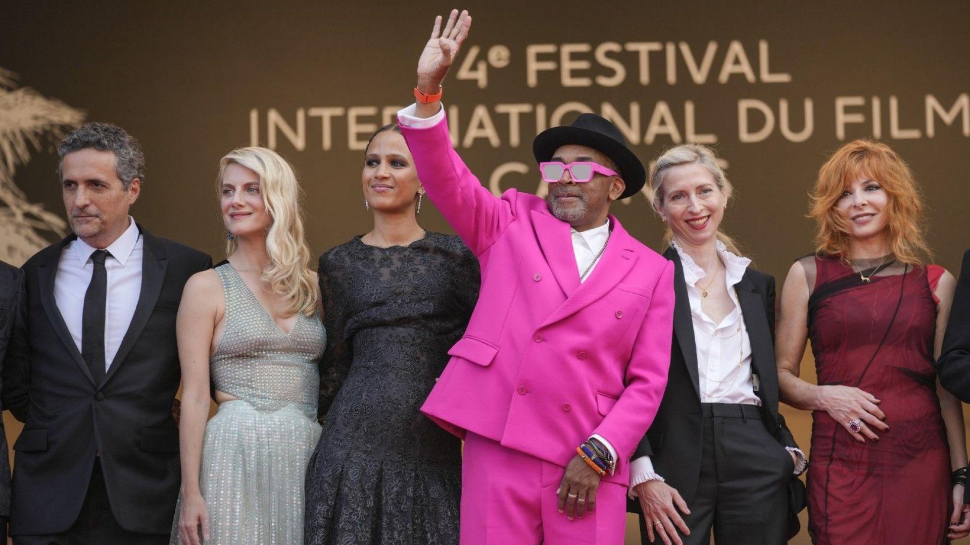 Журито на фестивала в Кан - председателят Спайк Лий е с розовия костюм