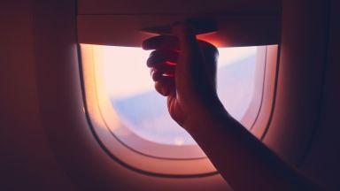 Защо отваряме сенниците на прозорците при кацане на самолета?