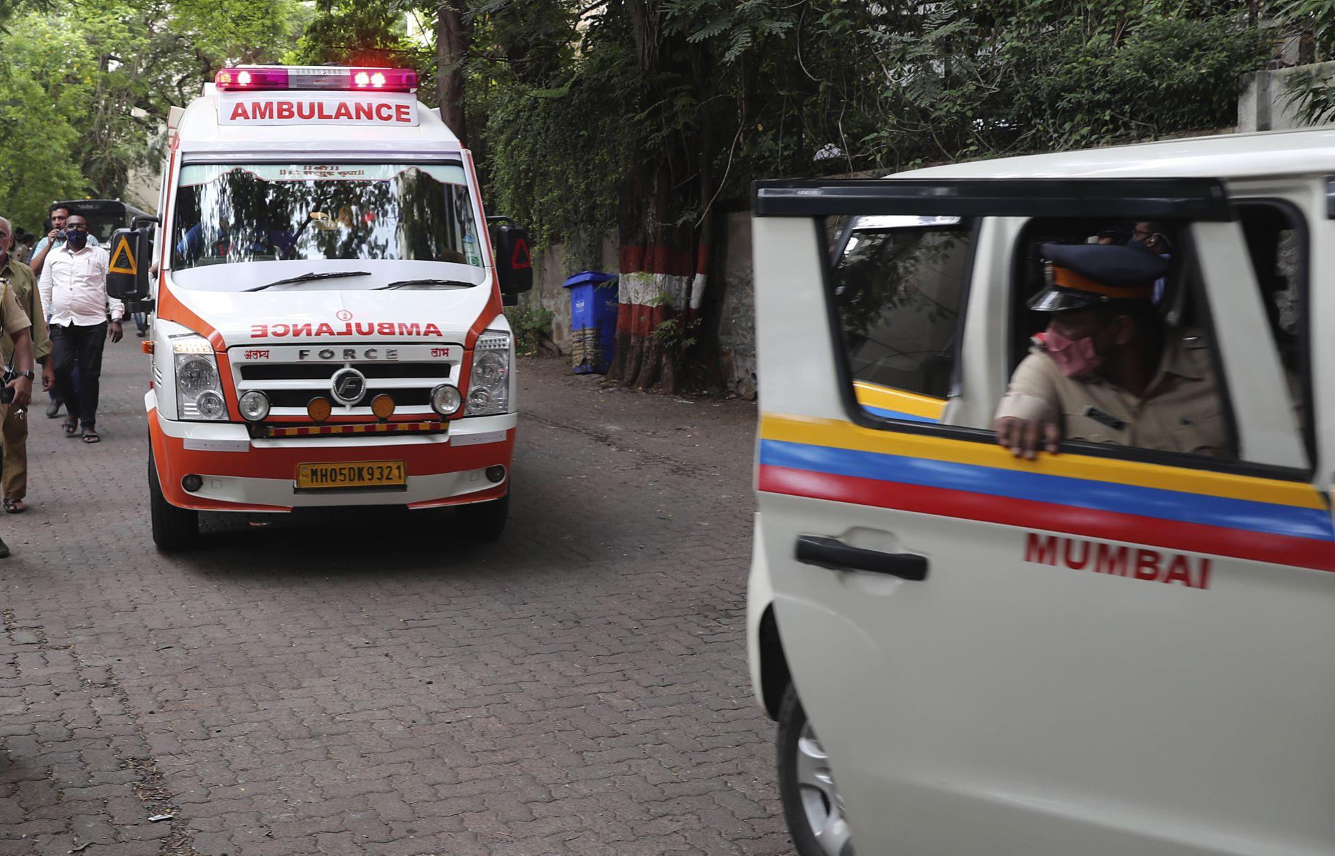 Линейка превозва тленните останки на звездата до дома му