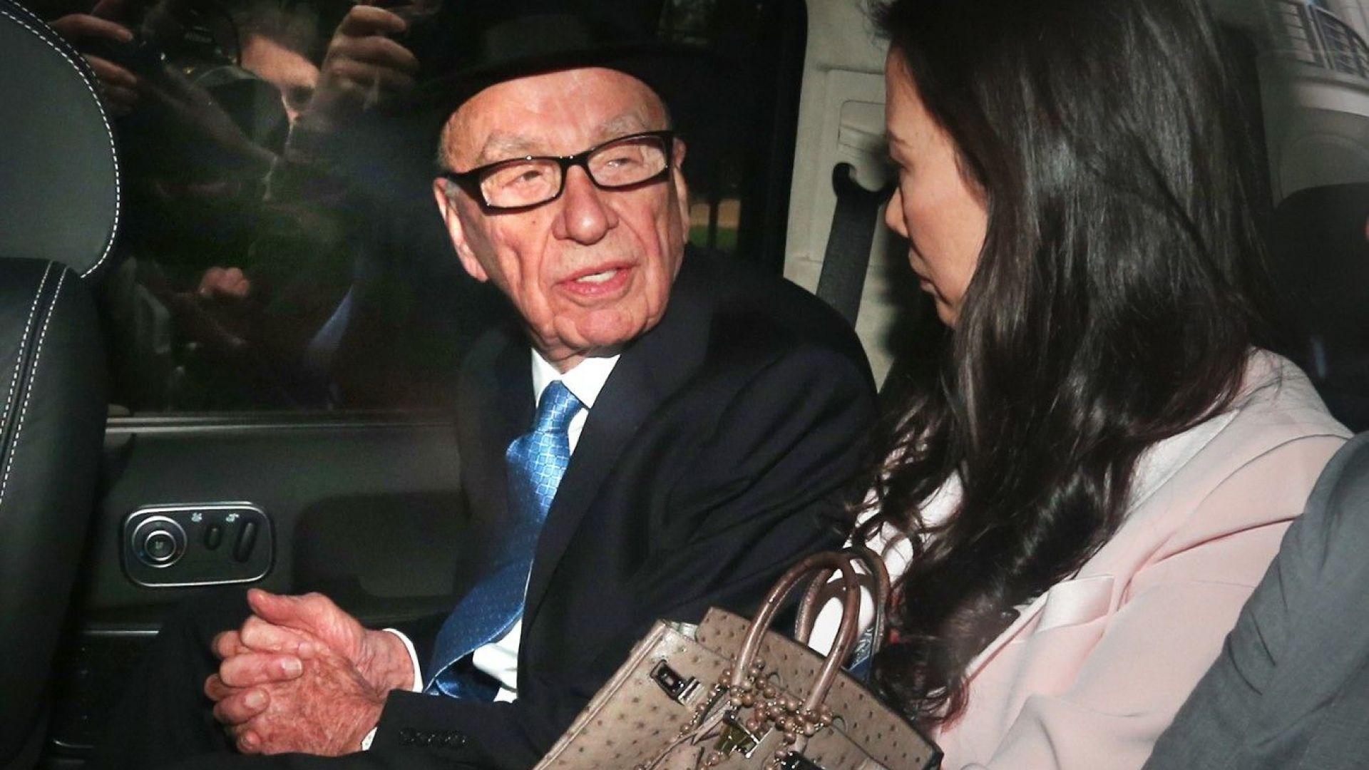 Рупърт Мърдок гледа към съпругата си Уенди Денг Мърдок в автомобила им, след като той даде показания в Кралския съд на 26 април 2012 г. Разследването се ръководи от лорд Джъстис Левсън и разглежда културата, практиката и етиката на пресата в Обединеното кралство