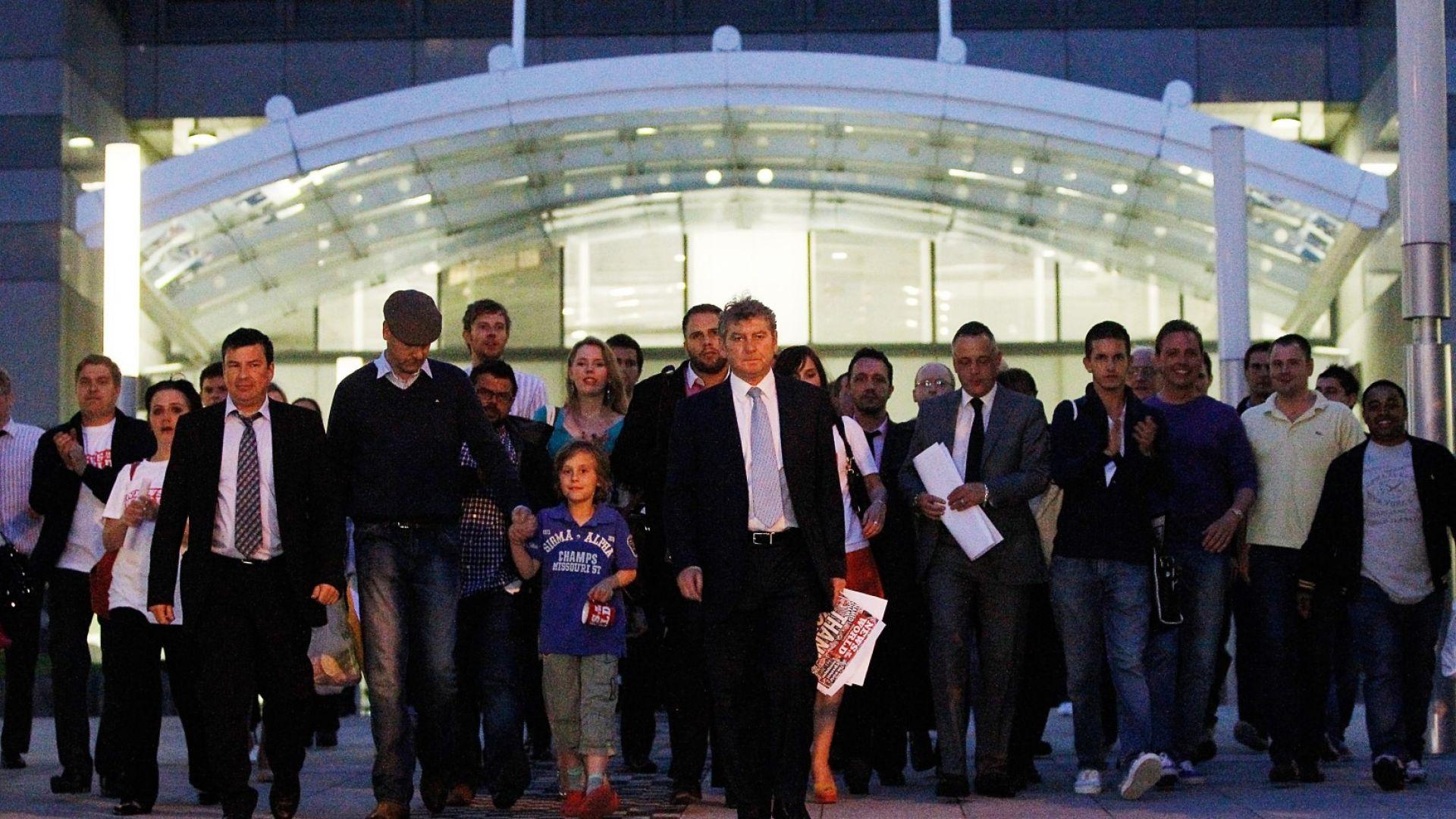 """Главният редактор на News of The World Editor Колин Майлър извежда служители и журналисти от офисите на вестника на площад """"Томас Мор"""" в Лондон преди последния брой на вестника, 9 юли 2011 г."""