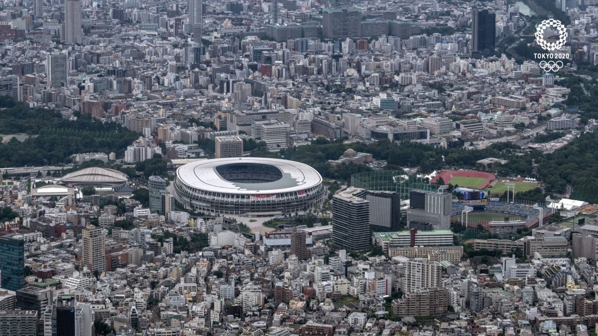 Националният стадион в Токио - построен през 2016-а на мястото на стария такъв, който бе взривен и разрушен. Той е сърцето на града, част от градската среда и силует. Капацитетът е 68 000 зрители, но няма да има повече от 10 хиляди по време на игрите.