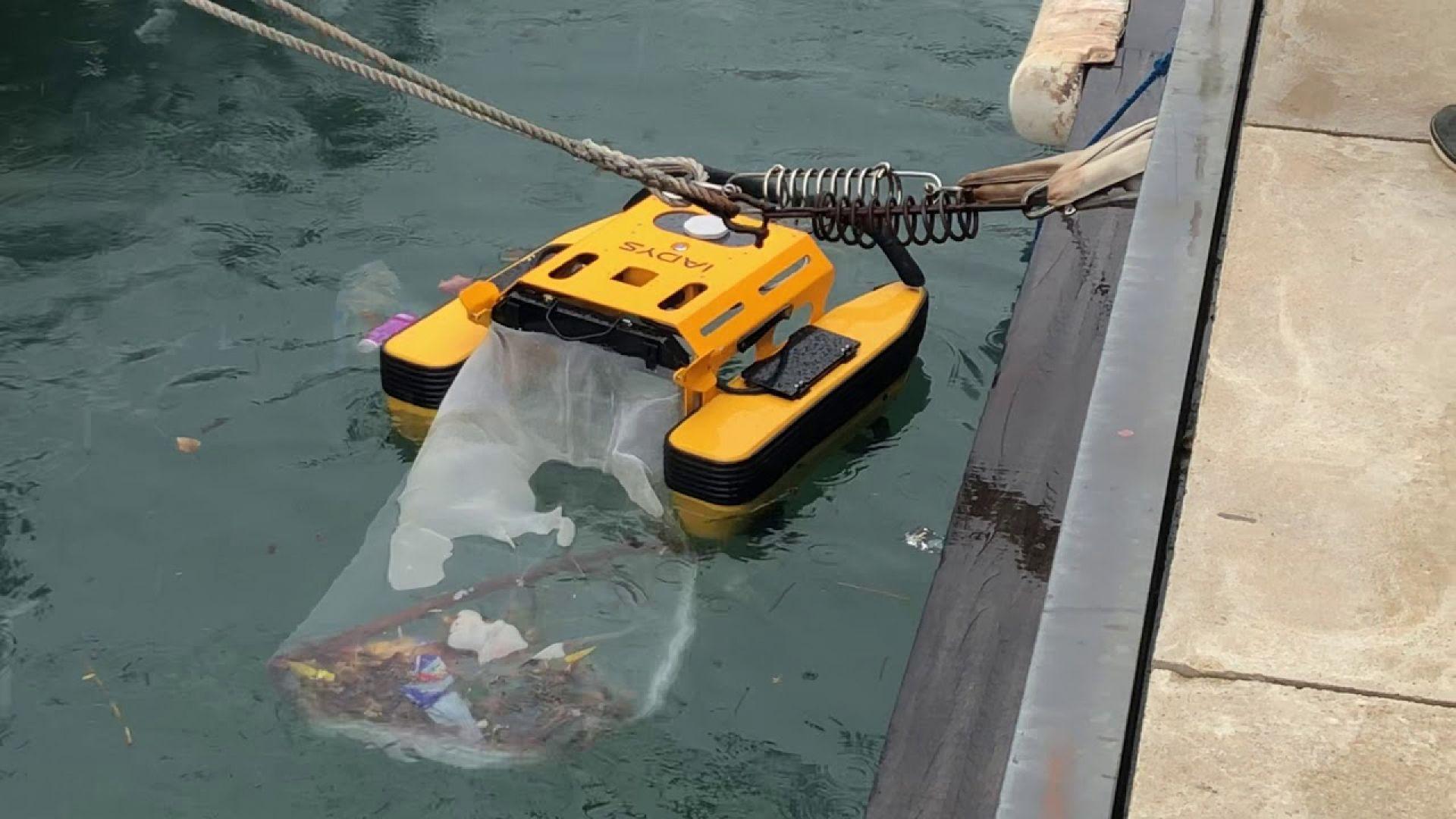 Робот почиства морската вода от боклуци