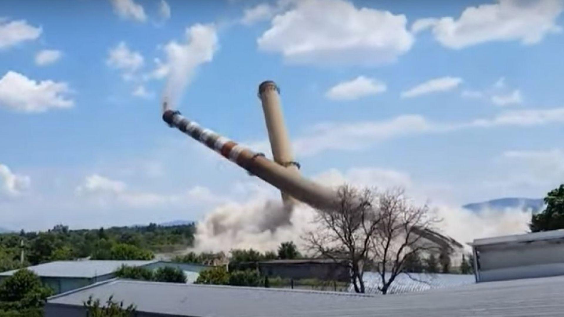 Взривиха двата комина на стария ТЕЦ в Казанлък (видео)