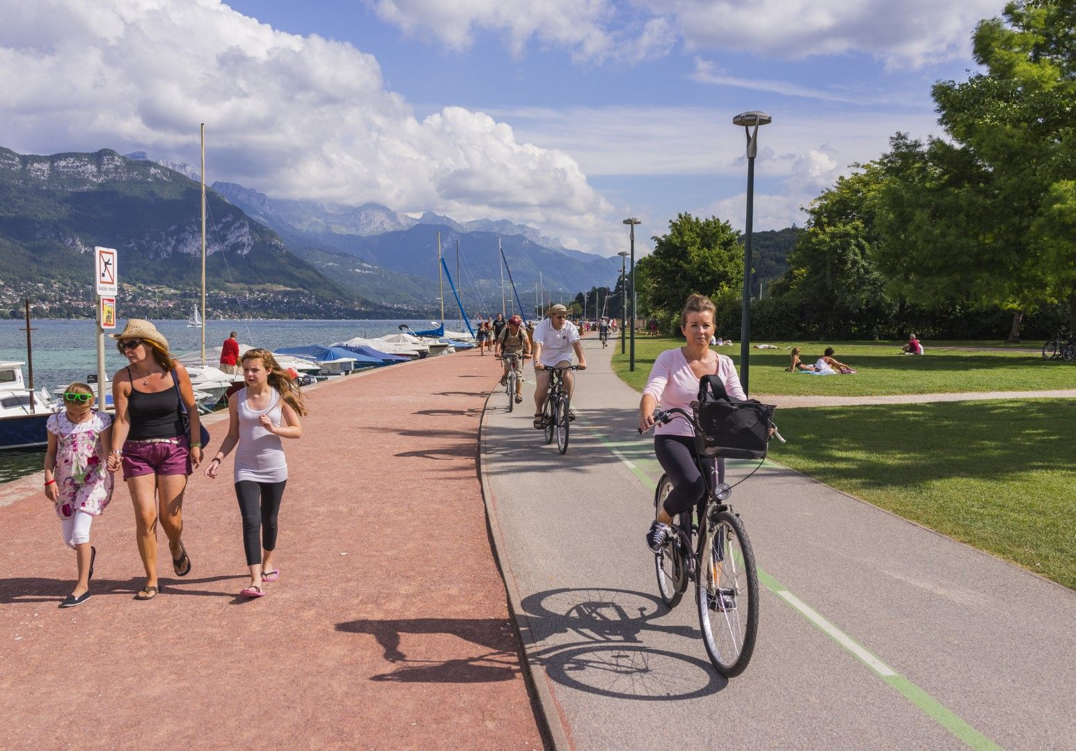 Повече от 30 км велоалея обикаля частично езерото Анси