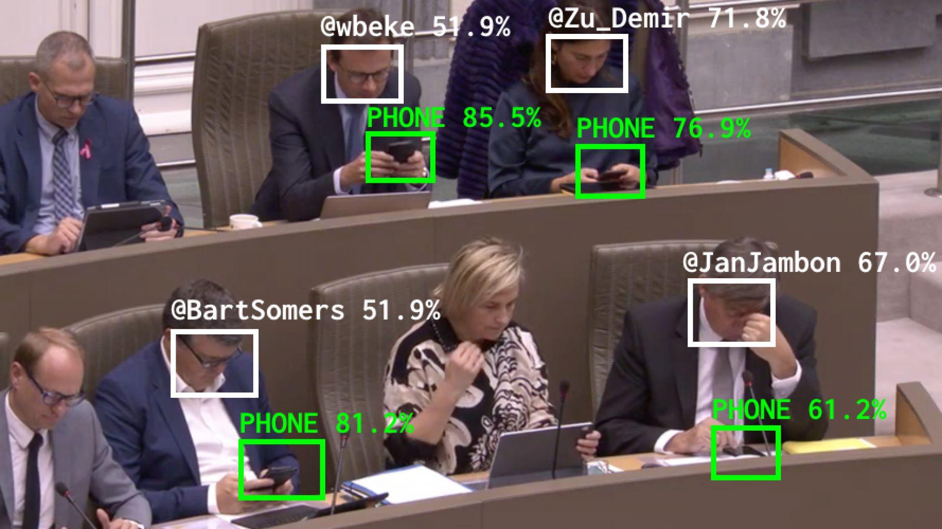 Изкуствен интелект измерва колко време политиците гледат в телефоните си