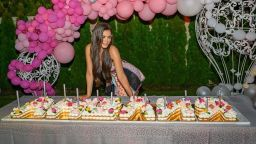 Анелия отпразнува рождения си ден с градинско парти и шест торти