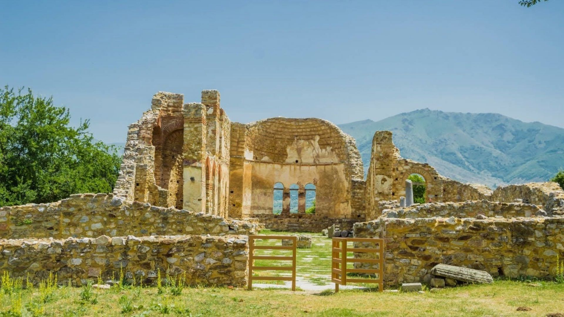 Остров Свети Ахил в Гърция: Да посетиш гроба на цар Самуил