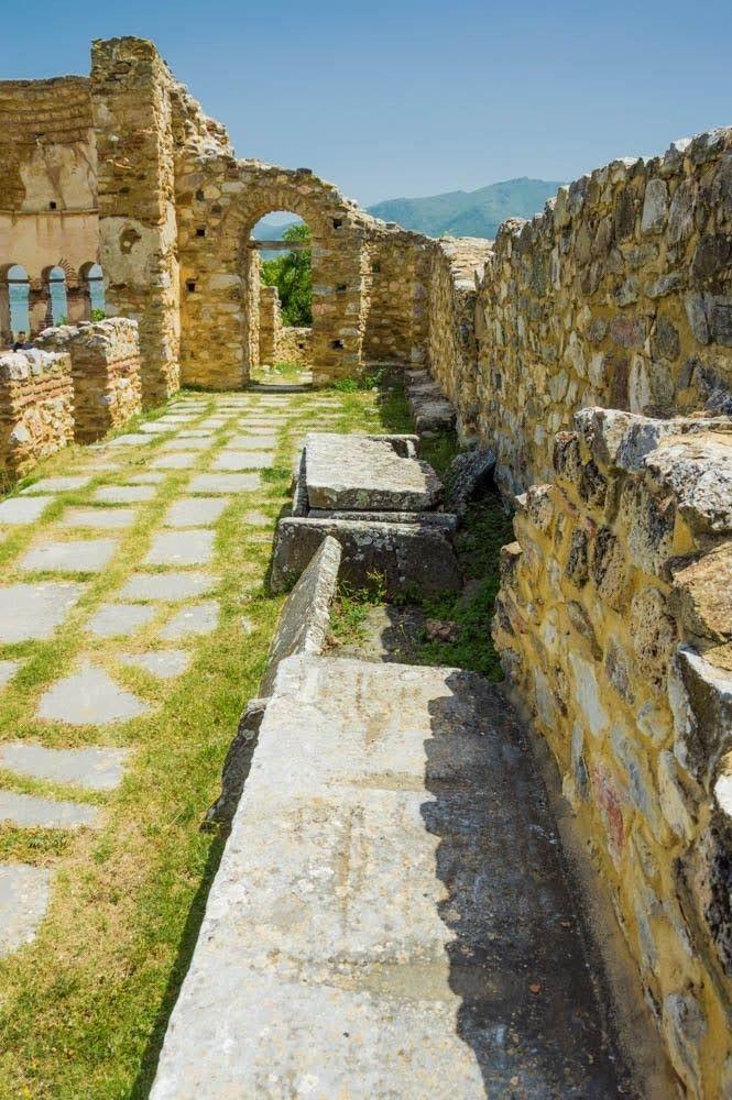 """Каменните саркофази, открити в базиликата """"Свети Ахил"""""""