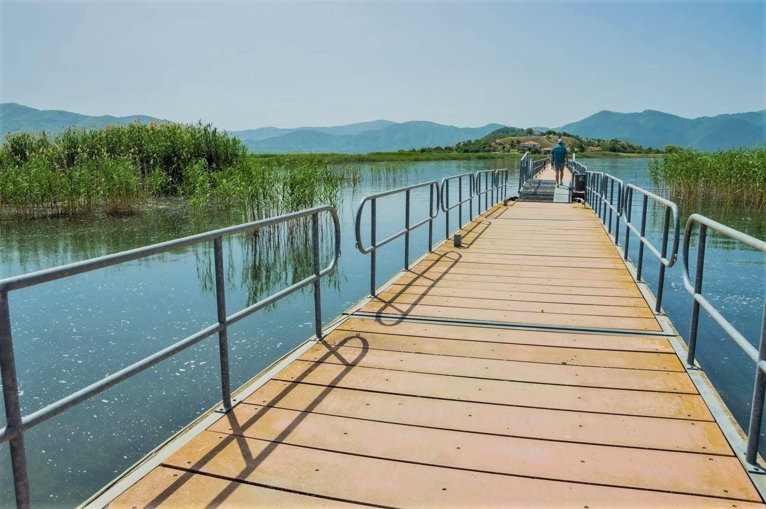 Мостът, който свързва остров Свети Ахил със сушата