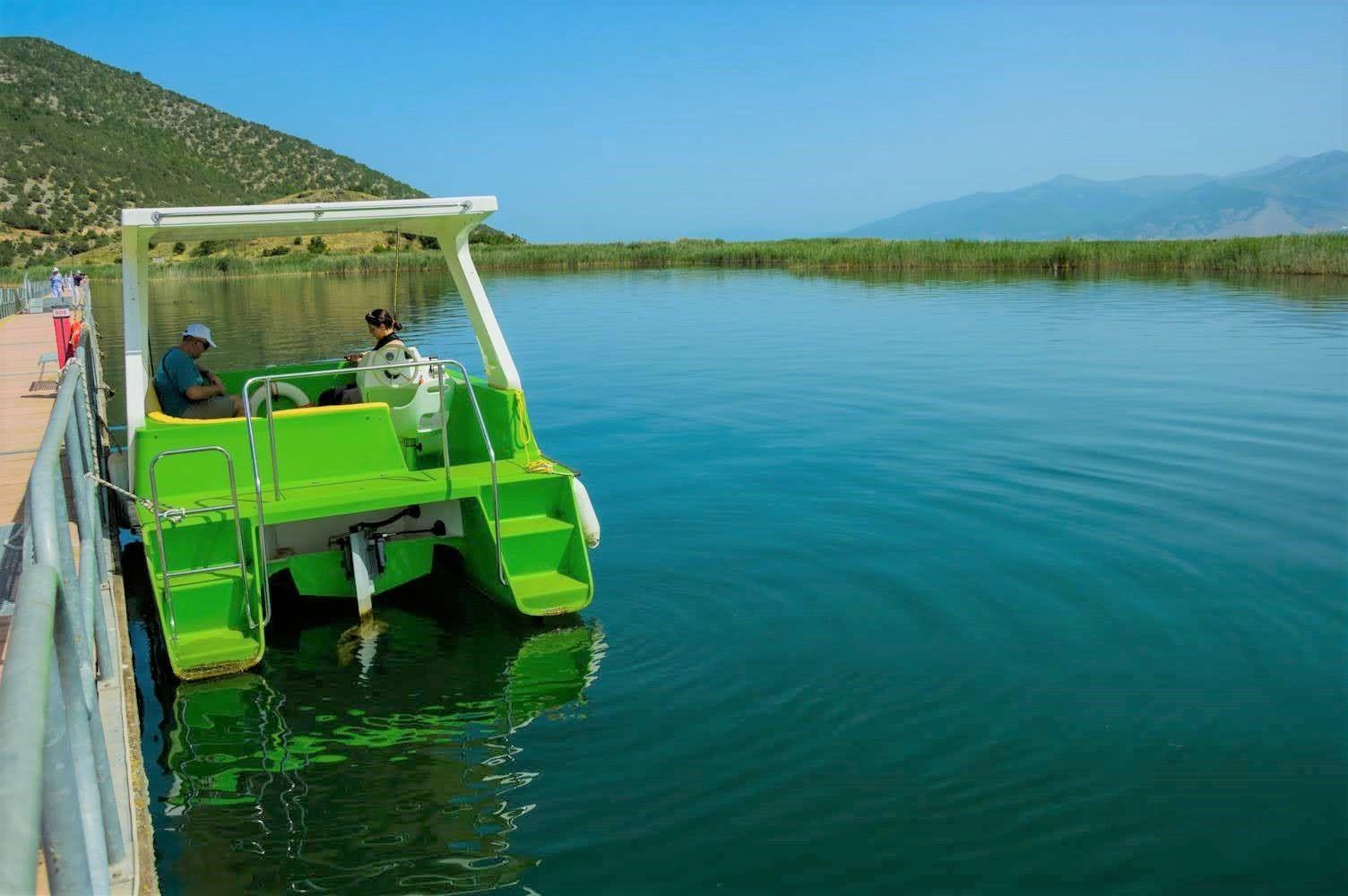 Лодка със соларна енергия ще ви доближи до пеликаните и други птици