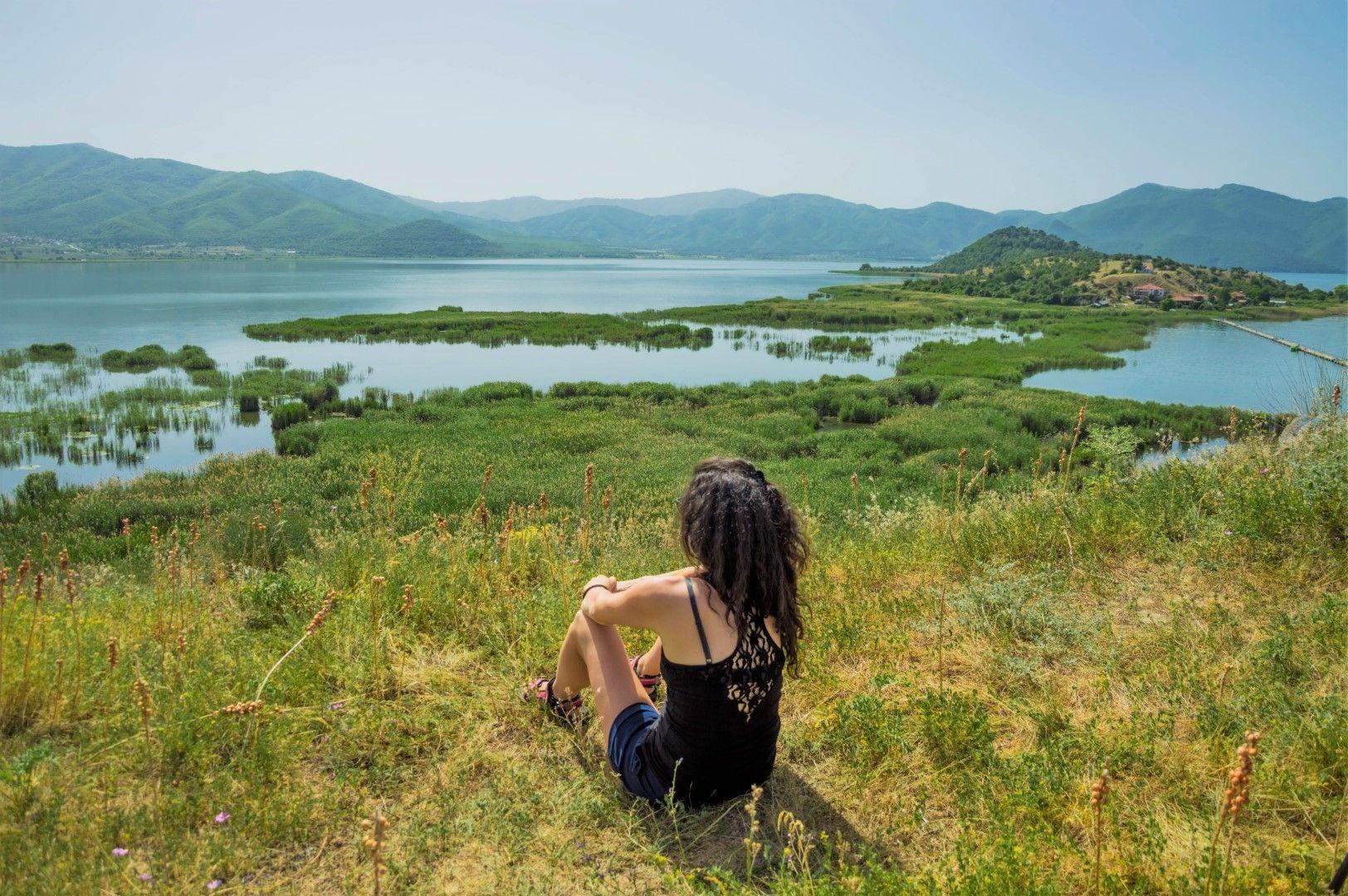 Поглед отвисоко към остров Свети Ахил и Преспанското езеро