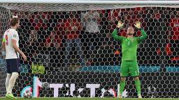 УЕФА наказва Англия за инциденти с фенове и лазера в очите на Шмайхел при дузпата