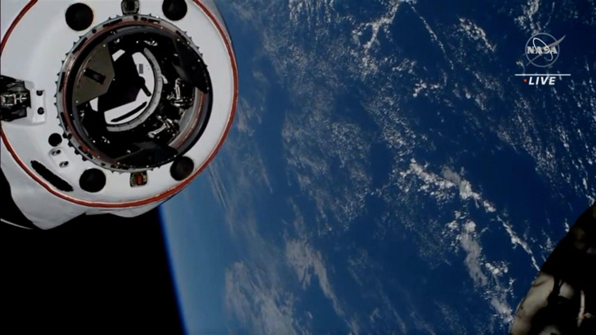 """""""Дракон"""" се отдели от МКС, неизвестен обект прелетя на 1,8 км (видео)"""