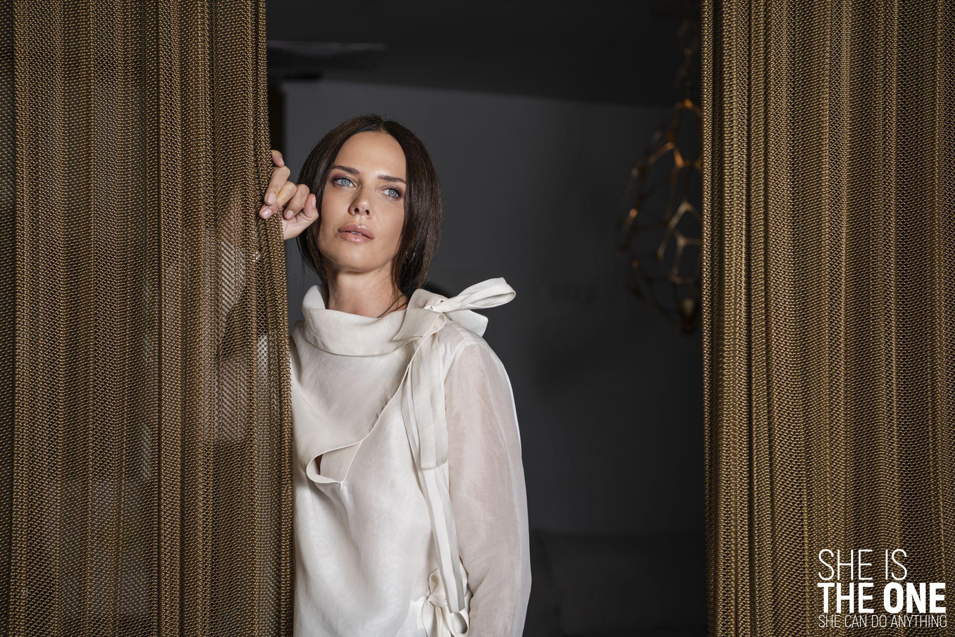 """Поставяме Мария в """" Скафандър за ангели"""", а силуетът е специално адаптиран за нея. Представлява скулптурна композиция с уникална конструкция в твърда коприна (стъклена батиста). Гардероб: Мариела Гемишева Локация: Elegant Living"""