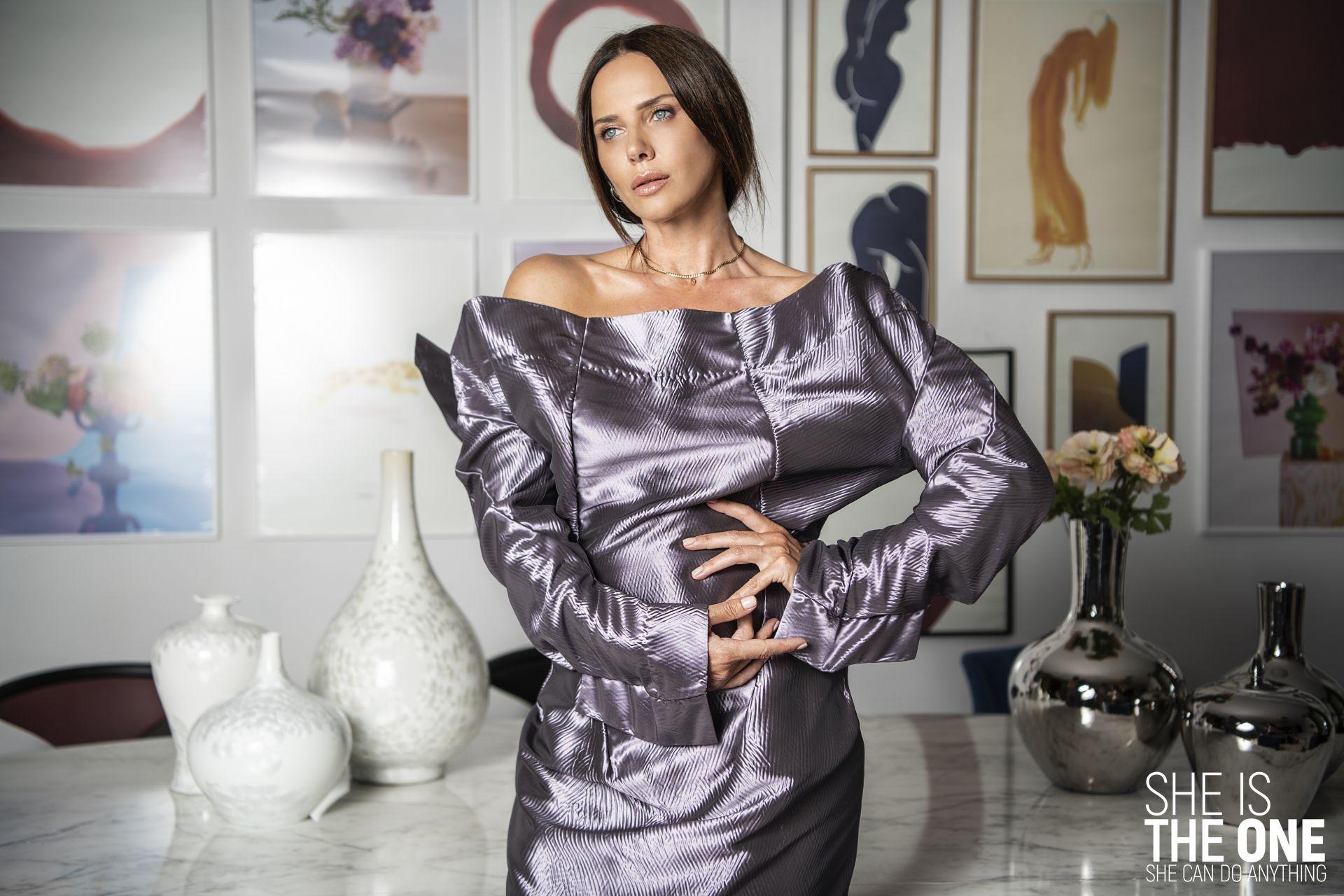 """Силует """"Сребърен виолет"""" - изпълнен от плътна тафта в деконструктивана, но все пак женствена форма и в светлите, светещи нюанси на виолета. Гардероб: Мариела Гемишева; Локация: Elegant Living"""