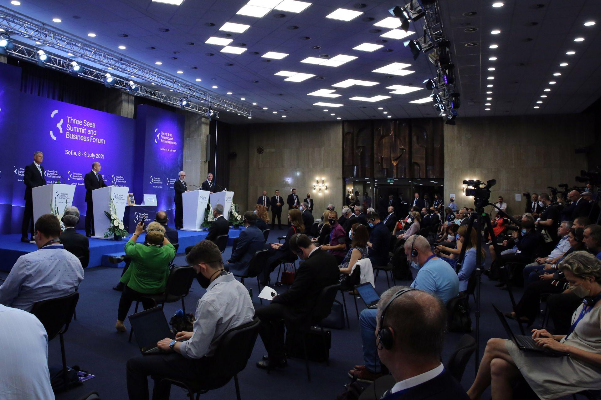 """В НДК се провежда Шестата среща на върха на инициативата """"Три морета"""". През тази година България е домакин на инициативата, която обединява 12 страни-членки на ЕС от региона между Адриатическо, Балтийско и Черно море - Австрия, България, Естония, Латвия, Литва, Полша, Румъния, Словакия, Словения, Унгария, Хърватия и Чехия. Партньори на инициативата са САЩ, Германия и ЕК."""